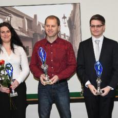 Kateřina Kolaříková,  tatínek Filipa Nepejchala a Matěj Rampula s poháry pro nejlepší střelce  juniorské kategorie