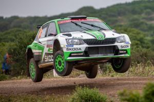 Šotolinu  si jezdci se svým vozem ŠKODA FABIA R5 na Rally Italia Sardegna opravdu užili