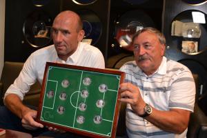 Ve vyražené fotbalové jedenáctce legend už nechybí ani poslední mince kanonýra Jana Kollera
