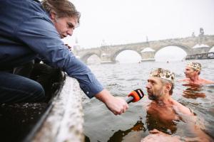 Tradiční tříkráloví otužilci se předvedou v Pražských Benátkách už poosmé