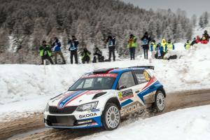 Na Rallye Monte Carlo jezdec ŠKODA FABIA R5 Jan Kopecký zcela ovládá kategorii WRC 2