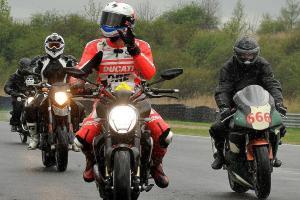Mrtvých motorkářů přibývá i když  bezpečnou jízdu lze nacvičit
