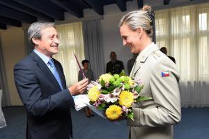Podívejte se, jak ministr Stropnický a generál Bečvář děkovali mistrům světa z Dukly