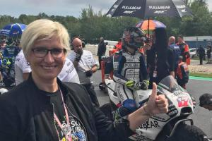 Z bláznivé fanynky motocyklové hvězdy Rossiho se vyklubala ministryně Karla Šlechtová
