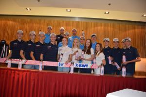 Čeští skokani na lyžích se před startem sezóny převlékli s BWT do růžova