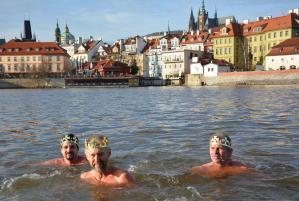 U Karlova mostu se ve Vltavě vykoupaly čtyři desítky otužilců včetně tří králů