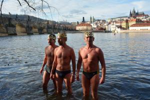 Podívejte se, jak se otužilci koupali ve Vltavě u Karlova mostu, jen tak pro radost